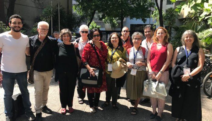 Grupp stående män och kvinnor