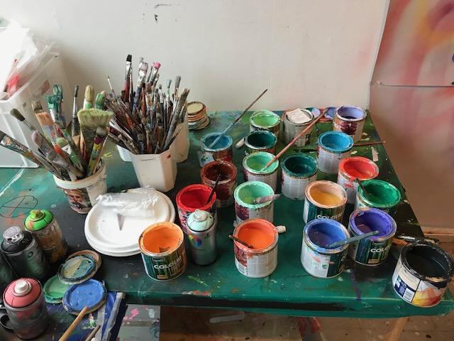Penslar och färgburkar