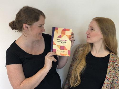 Marit och Anja med nyutkomna boken om Normkritisk pedagogik