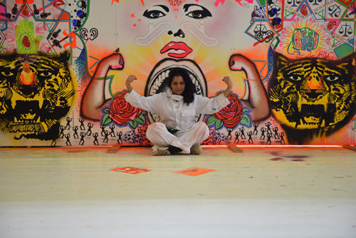 Saadia Hussain framför målning. Foto_Sabah_Ijaz