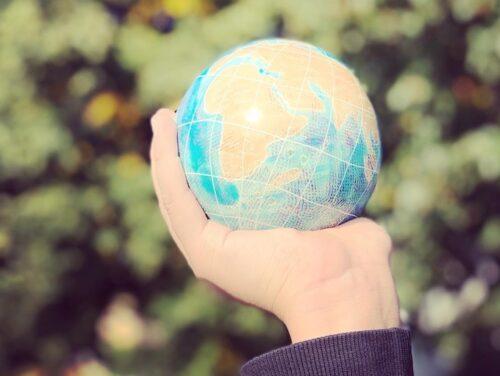 #ÄgDinBerättelse - foto på en hand som håller i en liten jordglob